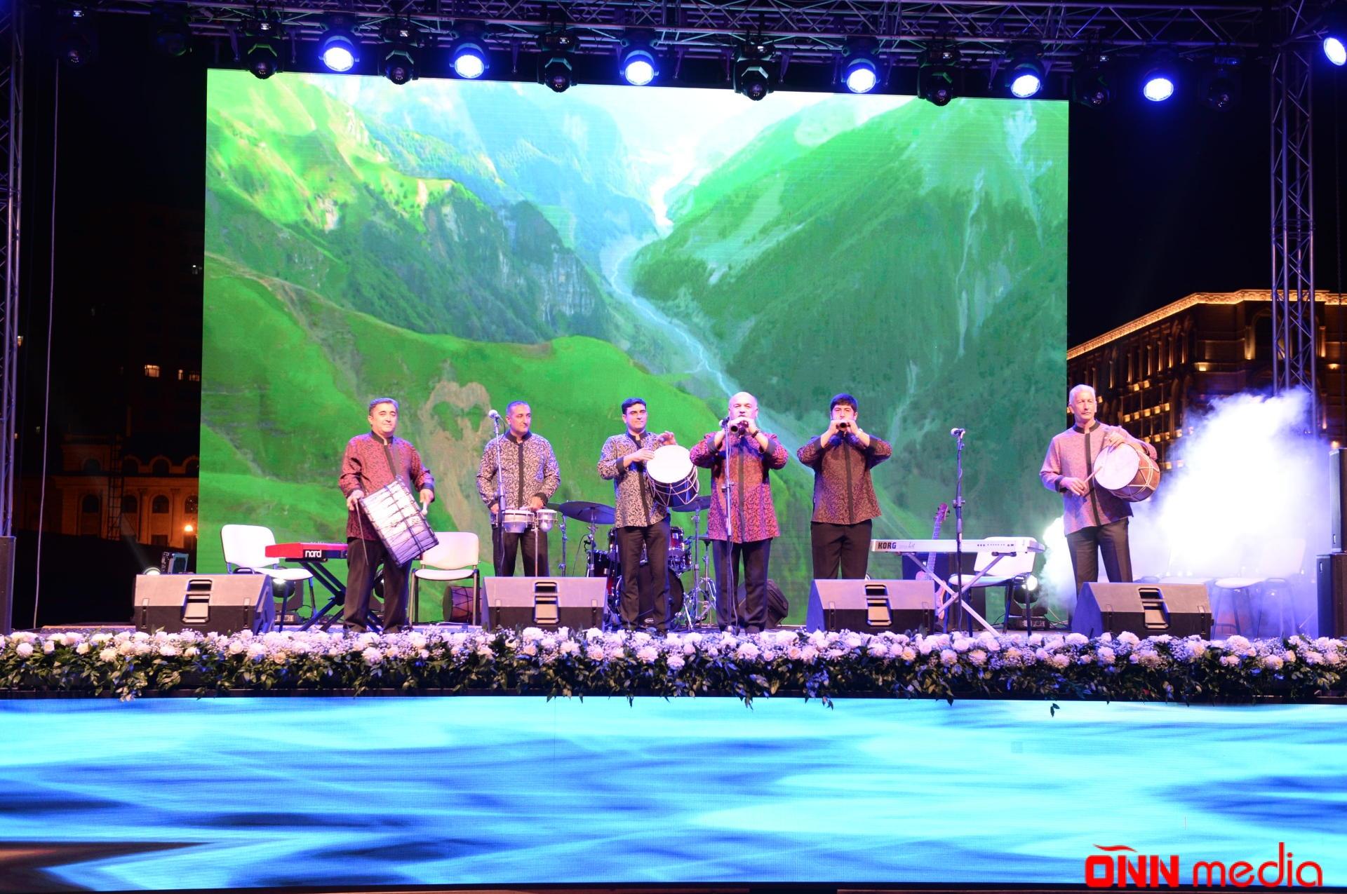 Heydər Əliyev Mərkəzinin parkında muğam-caz konserti olub