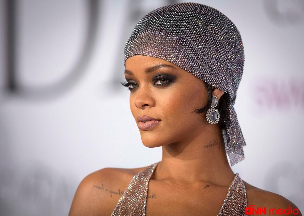 Rihanna atasını məhkəməyə verdi