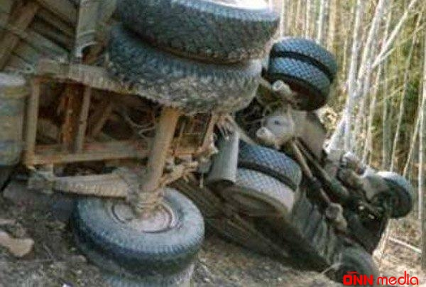 Şamaxıda yük avtomobili aşdı – Sürücü hadisə yerində öldü