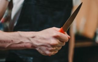 Gənc oğlan küçədə ürəyindən bıçaqlandı – Bakıda