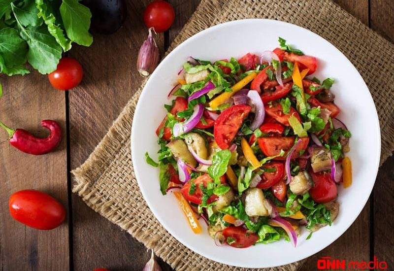 Rəngli detoks salatı