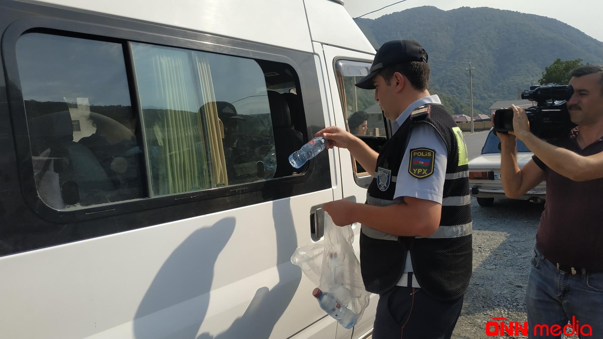 Qaxda yol polisi sürücülərə və sərnişinlərə su paylayıb