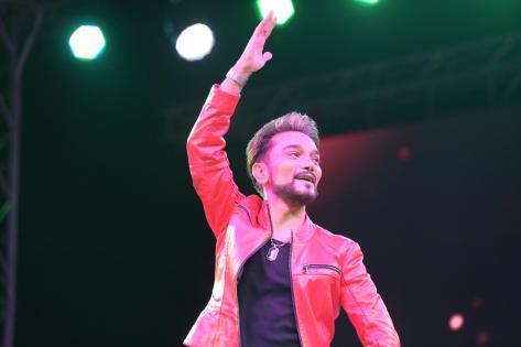 Heydər Əliyev Mərkəzinin parkında Faiq Ağayev konsert verdi