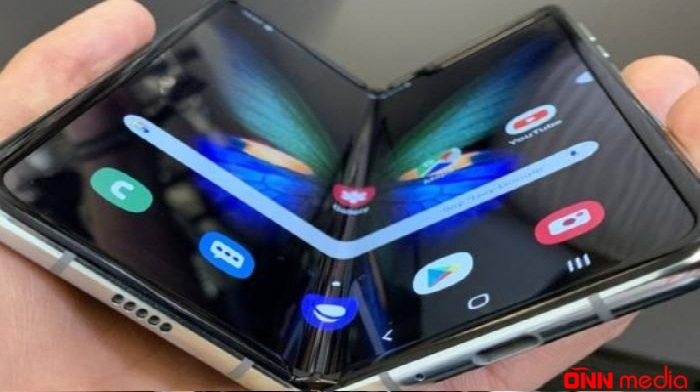 """""""Samsung"""" ilk ekranı qatlanan mobil telefonu bazara çıxardı – QİYMƏTİ+VİDEO"""