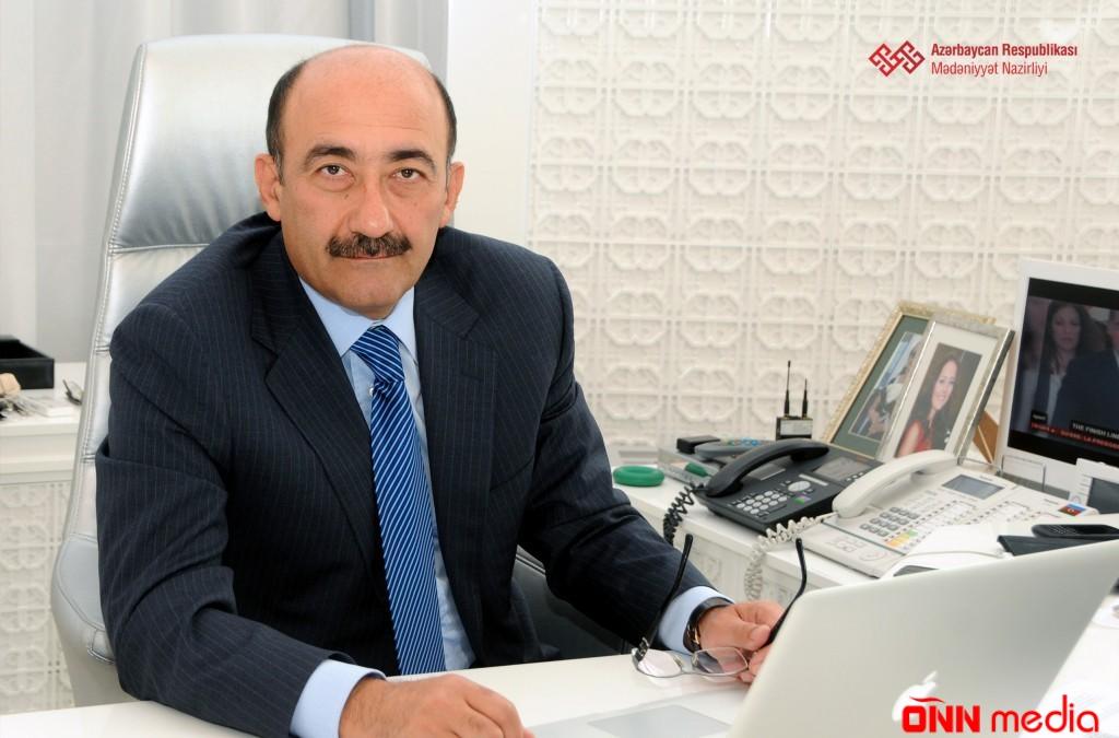 Əbülfəs Qarayev müəllim kollektivini təbrik edib