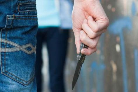 18 yaşlı gənc bıçaqlandı