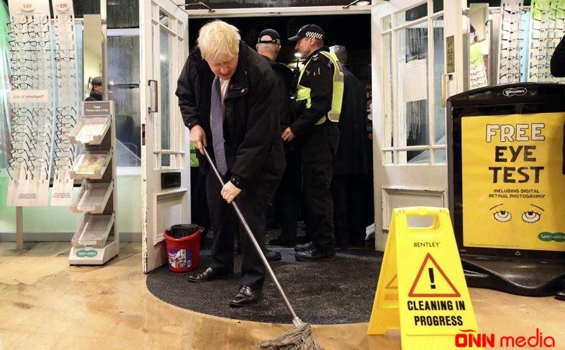 Boris Conson mağazada döşəmə sildi