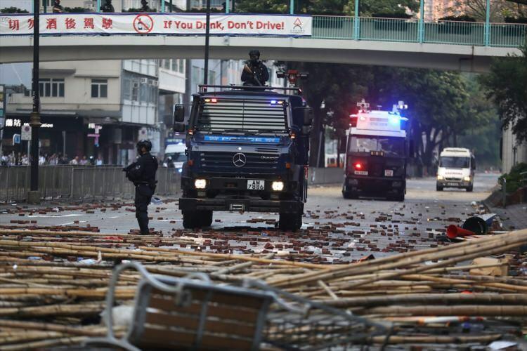 Etiraz aksiyasının DƏHŞƏTLİ GÖRÜNTÜLƏRİ YAYILDI: şəhər döyüş meydanına çevrildi – FOTO