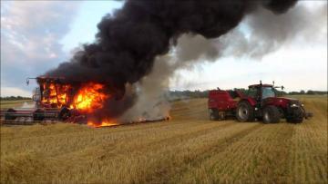 Azərbaycanda traktor tamamilə yandı