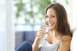 Acqarına su içməyin sağlamlığa – 10 FAYDASI