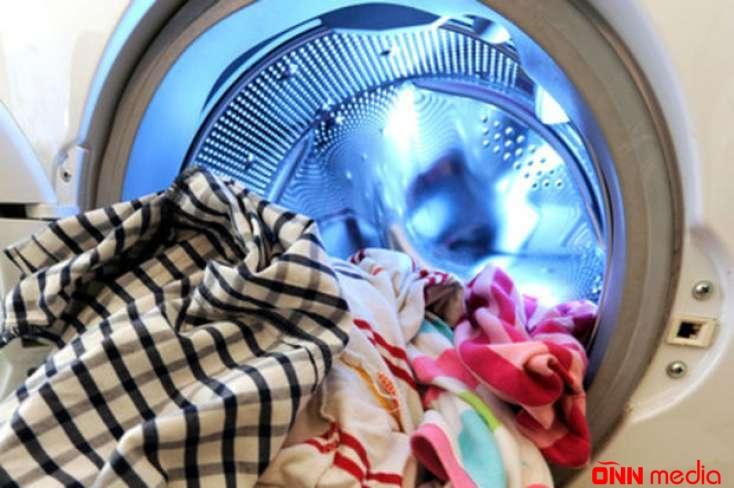 Ana yeni doğulmuş uşağını paltaryuyan maşında yudu