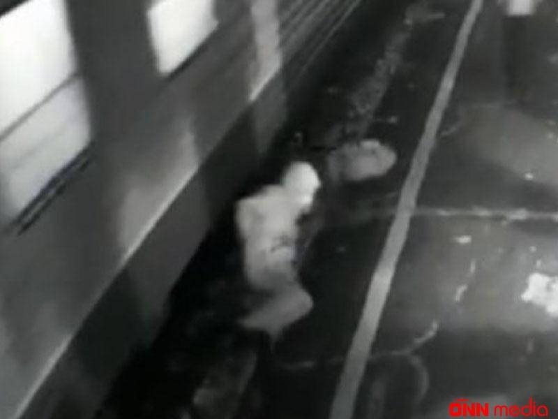 DƏHŞƏTLİ OLAY: Bir anda sərnişin qatarla platformanın arasında qaldı və iki ayağı…