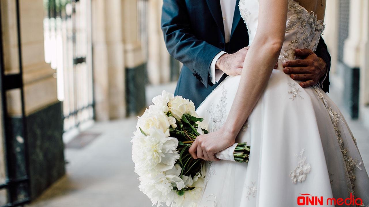 Türkiyəli məşhur aktyor gizlincə müəlliməsi ilə evləndi – FOTO
