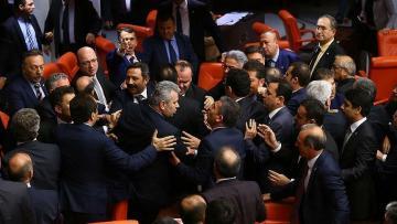 Parlamentdə gərginlik: Sessiyaya fasilə verildi – FOTO