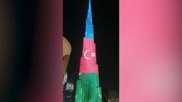 Dünyanın ən hündür tikilisi Azərbaycan bayrağına büründü