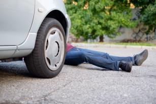Tovuzda avtomobil piyadanı vurdu