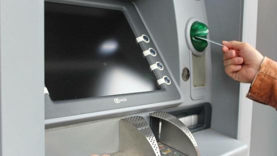 Bakıda yeniyetmə bankomatdan 6 min manat oğurladı