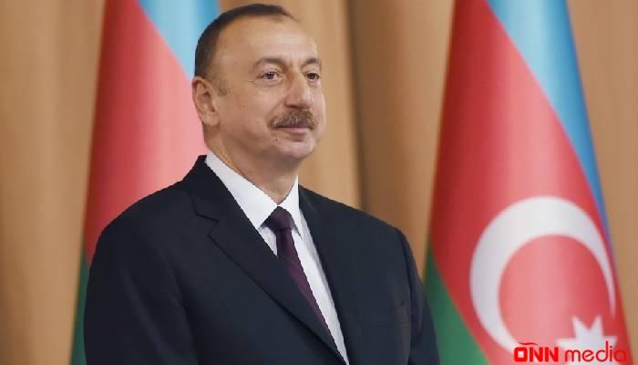 """Prezident Bakıya gətirilmiş yeni """"London taksi""""ləri ilə tanış oldu"""