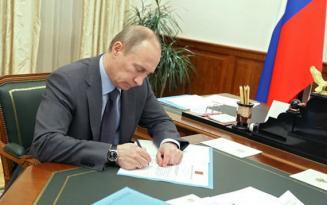 Putin Ənvər Əzimovu vəzifədən azad etdi