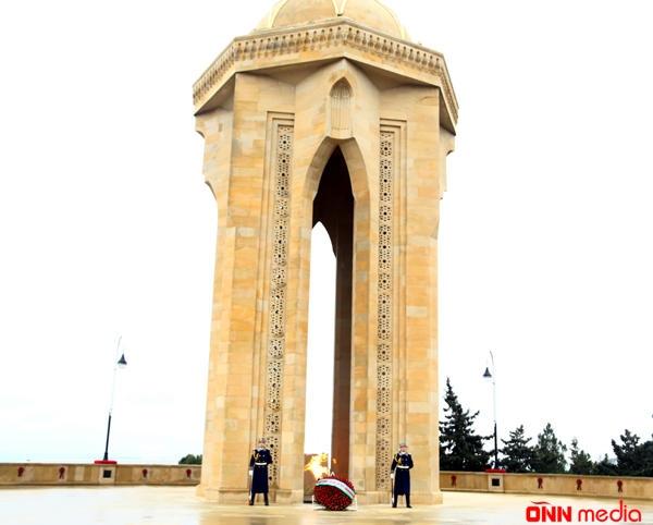 Türkiyənin yeni səfiri Fəxri xiyabanı ziyarət etdi