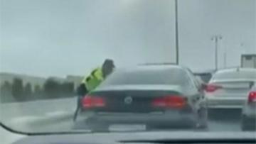 Bakıda ŞOK:  Sürücü polisdən qaçmaq üçün 10 maşını əzdi və…- VİDEO