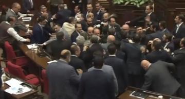 Ermənistan parlamentində dava düşdü, iclas yarımçıq kəsildi – VİDEO